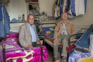 """Saïd Allouche et Layachi Ait-Baaziz, Algériens, 81 et 65 ans. Le premier est arrivé en France en 1954 et réside à l'hôtel depuis 1993. Le deuxième est arrivé en 1971 et réside à l'hôtel depuis 2006. Cela fait huit ans qu'ils dorment dans la même chambre. Lire le reportage : «Menacés d'expulsion, les """"chibanis"""" du faubourg Saint-Antoine se rebiffent» http://bit.ly/1qmuSHJ —  Photo Jean-Michel Sicot"""